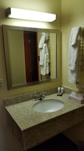 Red River Inn & Suites Fargo - Fargo, ND 58103