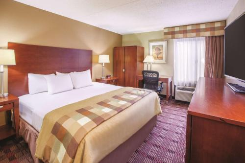 La Quinta Inn & Suites Canton, OH Photo