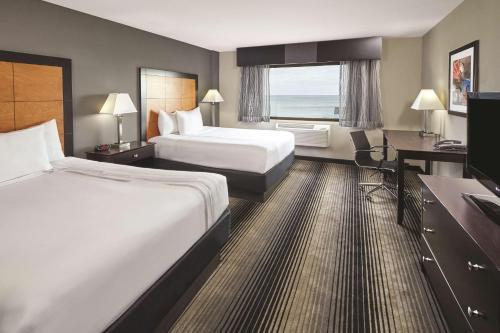 La Quinta Inn & Suites Chicago Lake Shore Photo