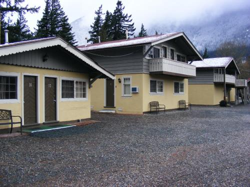 Swiss Chalets Motel - Hope, BC V0X 1L0