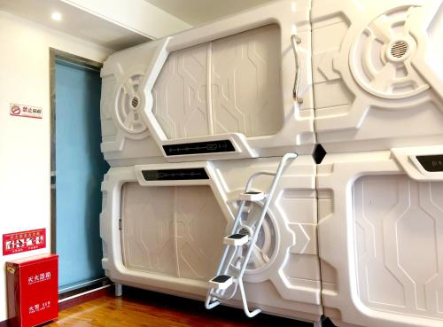 Rui Space Capsule Hotel - Male Only