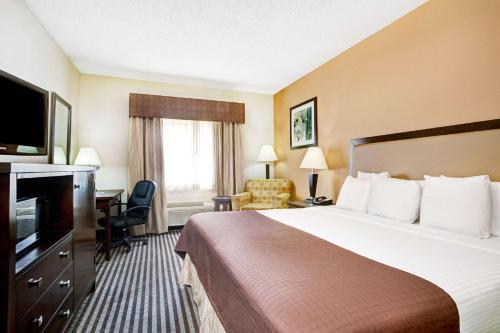 Baymont Inn and Suites Dallas Love Field Photo
