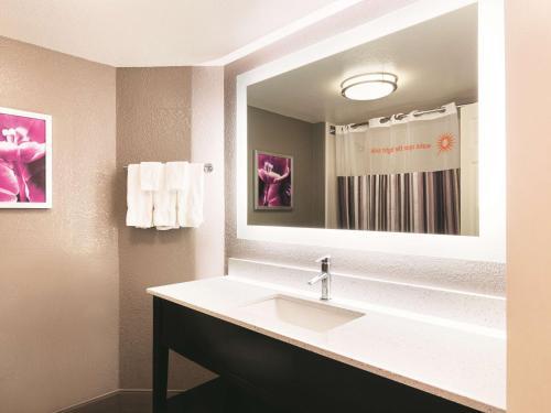 La Quinta Inn & Suites Hartford – Bradley Airport Photo