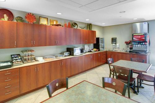 Microtel Inn & Suites by Wyndham Hattiesburg Photo