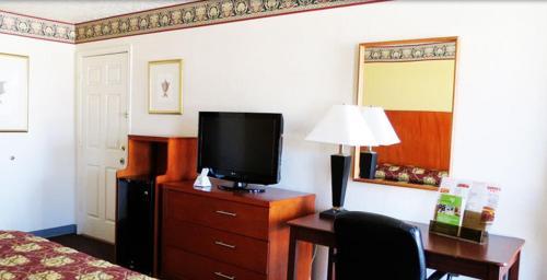 Winnie Inn And Suites - Winnie, TX 77665
