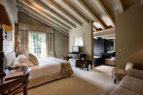 Habitación con cama extragrande y vistas a la montaña Hotel Iturregi 1