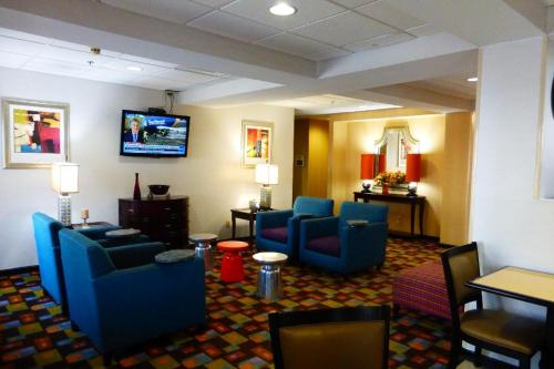 Holiday Inn Express Hotel & Suites Calhoun Photo