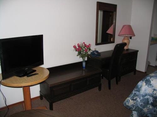Seven Oakes Motel - Kingston, ON K7M 3G1