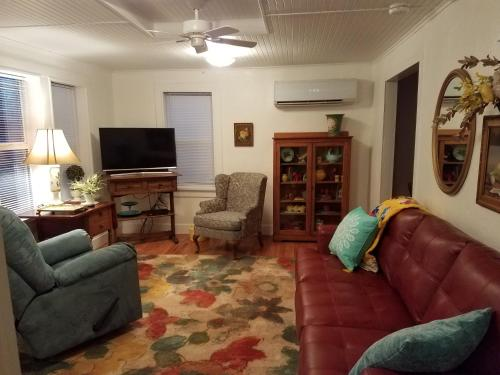 Below Apartment At Flossie's Corner - Llano, TX 78643