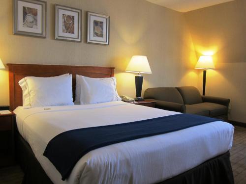 Holiday Inn Express Toronto North York - North York, ON M3N 1X1