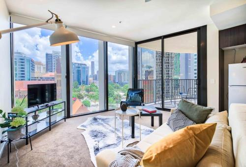 Central CBD Apartment with Balcony, Pool & Gym