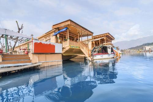 1 Br Houseboat In Dal Lake Srinagar 2499 By Guesthouser