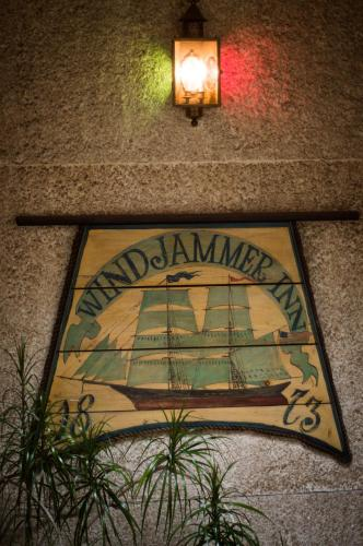 Windjammer Motor Inn Photo