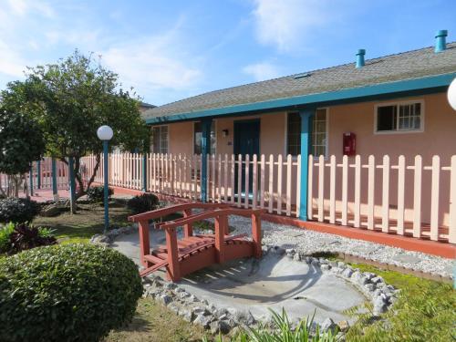 Americas Best Value Inn & Suites Santa Cruz Photo