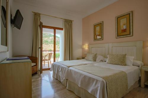 Double Room with Balcony Hotel Doña Lola Zahara 8
