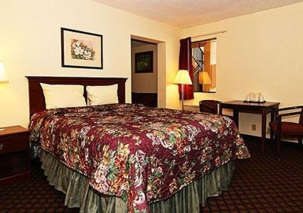 Econo Lodge Inn & Suites Columbus Photo