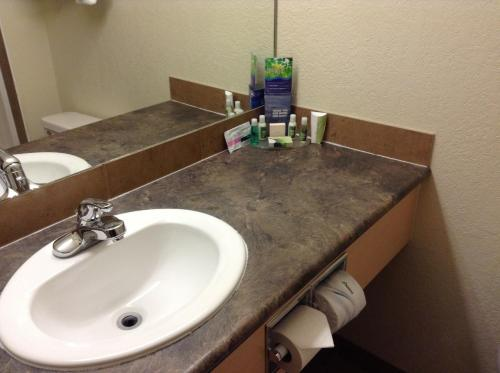 Lakeview Inns & Suites - Fort Nelson - Fort Nelson, BC V0C 1R0