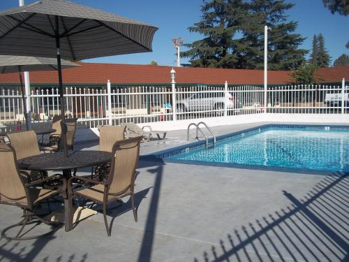 Holiday Motel Oakdale 950 East F Street Highway 120 Ca Hotels Motels Mapquest