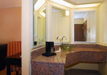 Comfort Inn & Suites Cleveland Photo