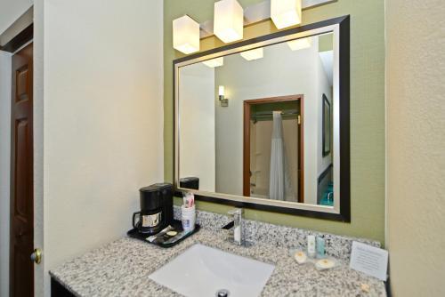 Comfort Inn & Suites Butler Photo