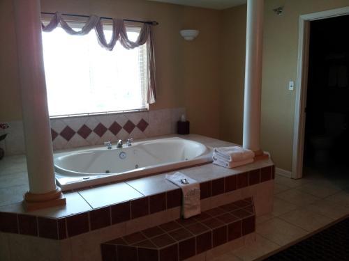 Econo Lodge Inn & Suites Bryant - Bryant, AR 72022