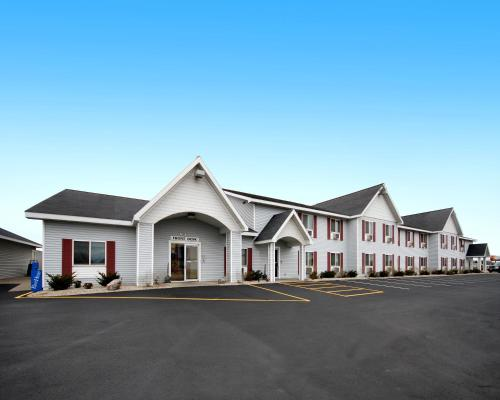 Baymont Inn & Suites Marinette Photo