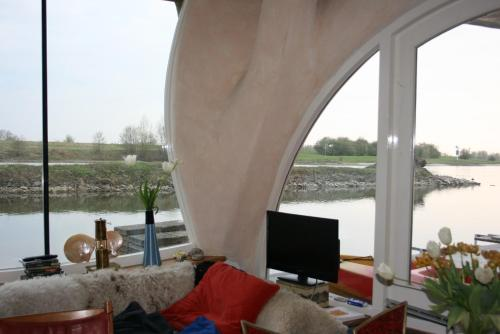 Houseboat Gaudi Aan De Rijn