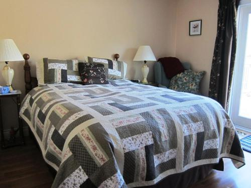 Twin Pines Bed And Breakfast - Peterborough, ON K9J 5Y6