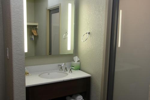 Days Inn & Suites By Wyndham Yorkton - Yorkton, SK S3N 0N5