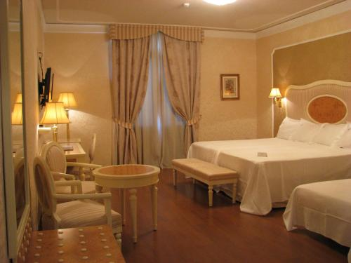 Triple Room Hotel Santa Isabel 1