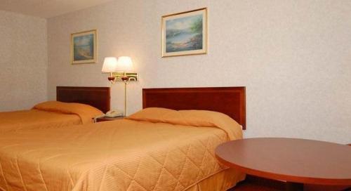 Econo Lodge Inn & Suites Forest Photo