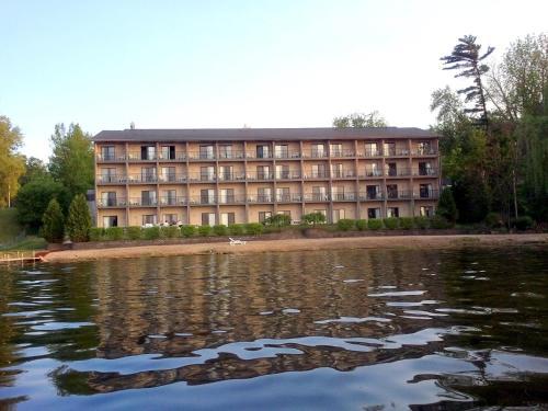 Beachfront Hotel Houghton Lake Photo