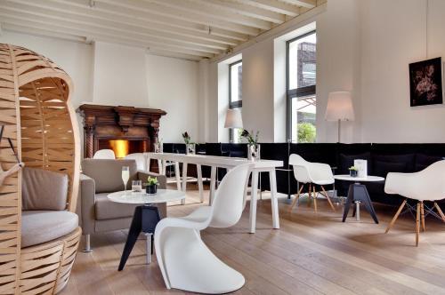3 Place Camille Hostein, 33270 Bouliac, France.