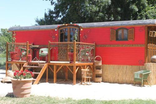 la roulotte les saintes location saisonni re mas du m nage rd570 13460 saintes maries de la. Black Bedroom Furniture Sets. Home Design Ideas