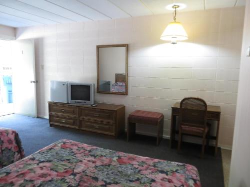 Parkway Motel - Niagara Falls, ON L2E 3G1
