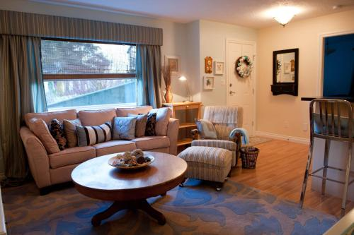Seasons Above The Bay Guest Suites And B&b - Cowichan Bay, BC V0R 1N1