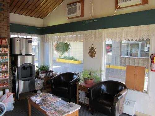 Camelot Court Motel - Prince George, BC V2M 3C2