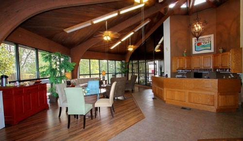 Emerald Isle Resort - Lake Hamilton, AR 71913