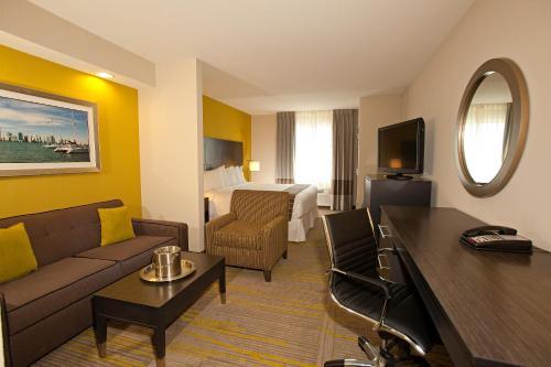 Comfort Suites Miami Airport North Photo