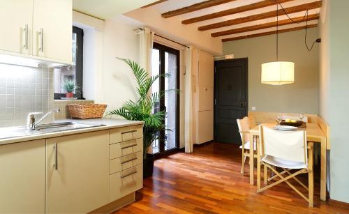 Inside Barcelona Apartments Esparteria photo 6