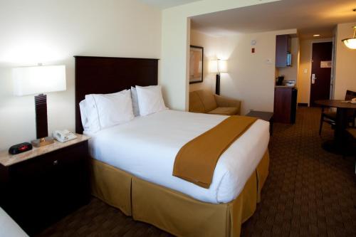 Holiday Inn Express & Suites Columbus at Northlake Photo