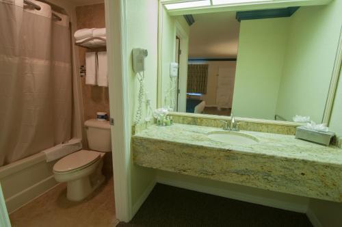Quality Inn Maingate West Photo