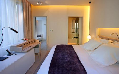 Standard Room with terrace ABaC Restaurant Hotel Barcelona GL Monumento 8