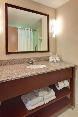 Holiday Inn Express & Suites Brockville - Brockville, ON K6V 6N7