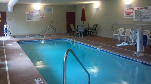 Cobblestone Hotel & Suites Knoxville - Knoxville, IA 50138
