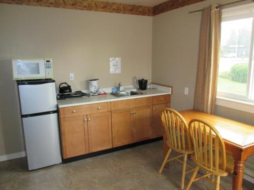 Skylite Motel - Parksville, BC V9P 2G5