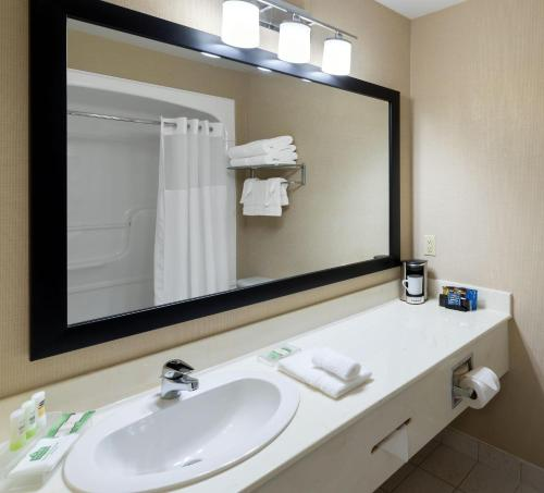 Quality Inn & Suites Oakville - Oakville, ON L6J 7J8