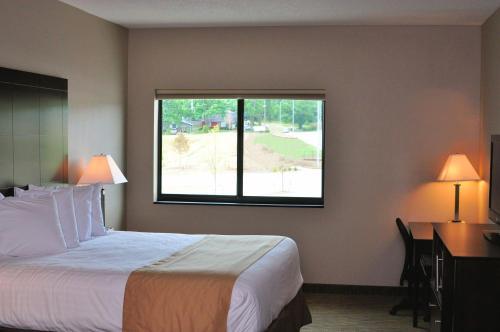 Boulders Inn & Suites - Polk City - Polk City, IA 50226