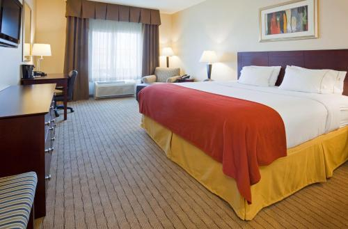Holiday Inn Express Hotel & Suites Minot South - Minot, ND 58701