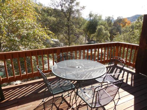 Whispering Pines Lodge Bed and Breakfast Photo